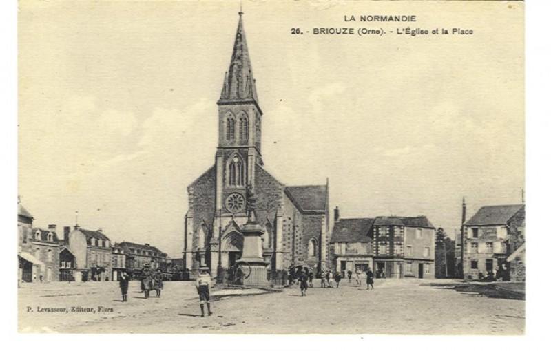 Briouze - L'Eglise et la Place